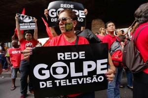Protesto pró governo da presidente Dilma Rousseff e em defesa do ex presidente Luis Inácio Lula da Silva e da Democracia, em São Paulo (SP), nesta sexta-feira (18). Concentração no vão livre do Masp, na Avenida Paulista. Newton Menezes/Futura Press