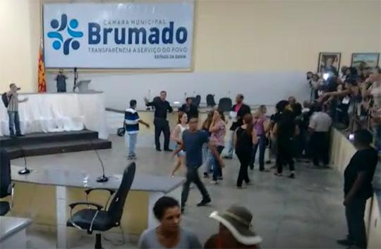 professores-invadem-camara-brumado-noticias-01