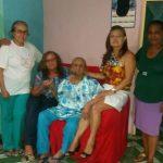 Sra. Dionísia no centro rodeado pelas amigas Carol e Darli Silveira e suas sobrinhas