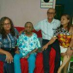 Sra. Dionísia com seus visitantes Oclides, Carol e Darli