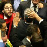 Deputado Jean Wyllys (PSOL-RJ) cuspiu em direção ao deputado Jair Bolsonaro (PSC-RJ) após ter votado contra a abertura do processo de impeachment de Dilma; o deputado do PSOL, que é homossexual, disse que vinha sendo ofendido de forma reiterada comentários homofóbicos do colega do PSC